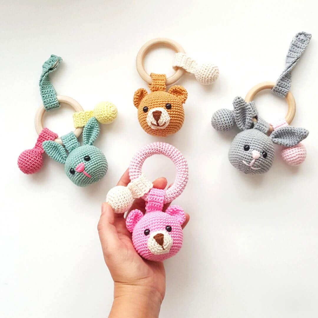 masum-bebekler-icin-15-tane-amigurumi-dis-kasiyici-cingirak-orgu-modeli