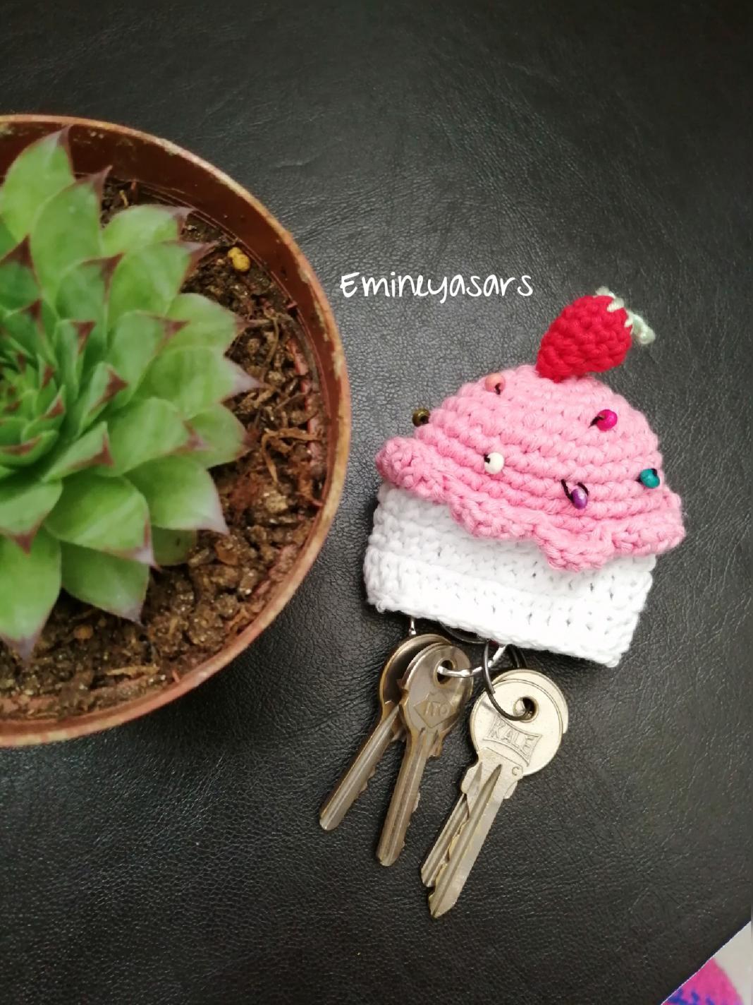 amigurumi-cilekli-cupcake-anahtarlik-yapimi