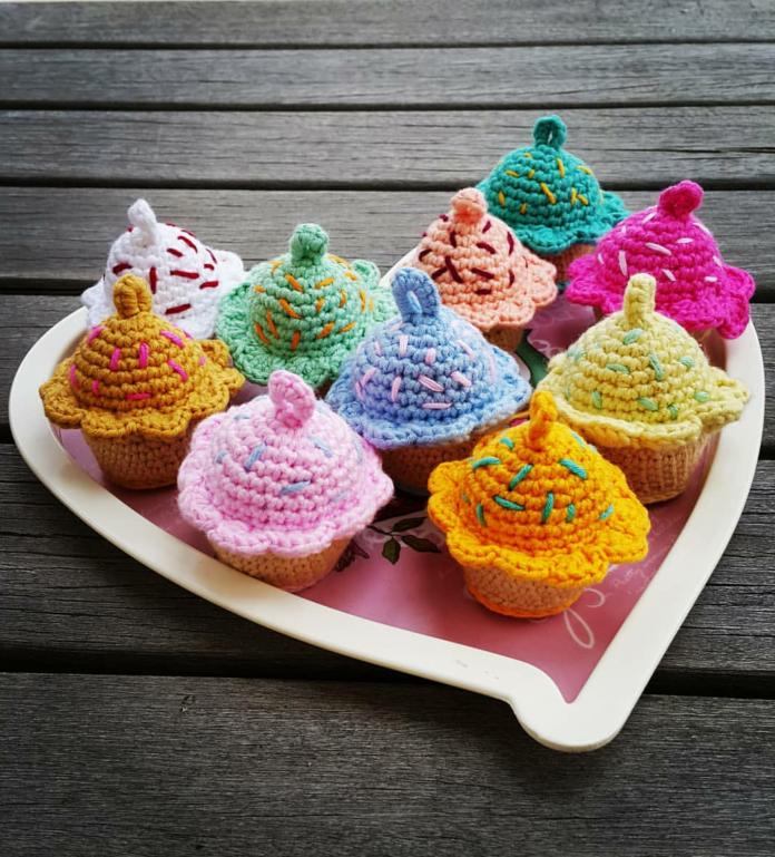 amigurumi-renkli-cupcake-anahtarlik-yapimi