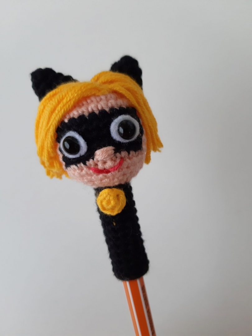 amigurumi-mucize-kara-kedi-kalem-basligi-yapimi