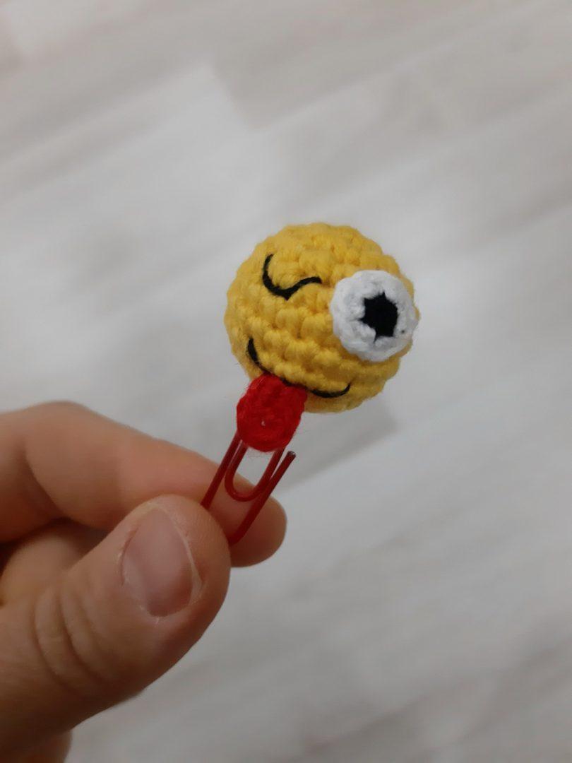 amigurumi-komik-emoji-atas-yapimi
