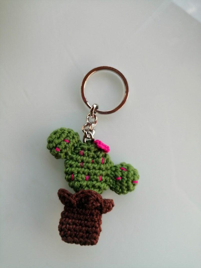 amigurumi-cicekli-kaktus-anahtarlik-yapimi